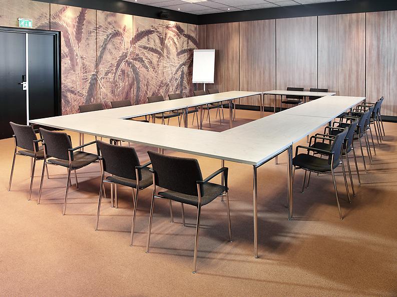 Mobilier pour salle de conf rence salle de s minaire for Chaise qui s accroche a la table